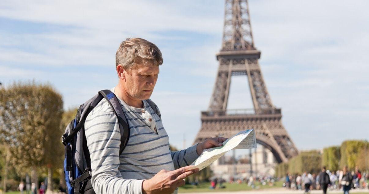 hombre-perdido-en-paris-y-buscando-direccion-con-ingles-de-viajes