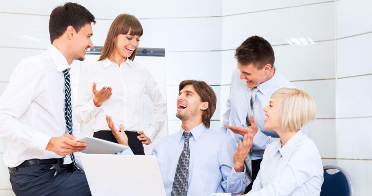 Ejecutivos y empleados de una importante empresa en un buen clima organizacional conversando y riendo luego de capacitarse en inglés con Wall Street English