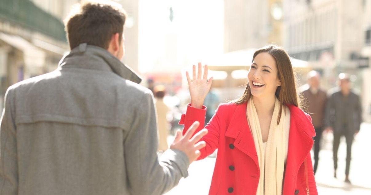 Mujer y hombre saludandose en la calle utilizando el vocabulario en inglés para principiantes