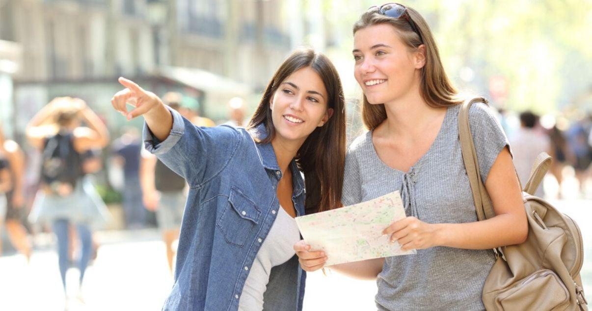 Mujeres haciendo turismo un dia soleado utilizando el vocabulario en inglés para principiantes