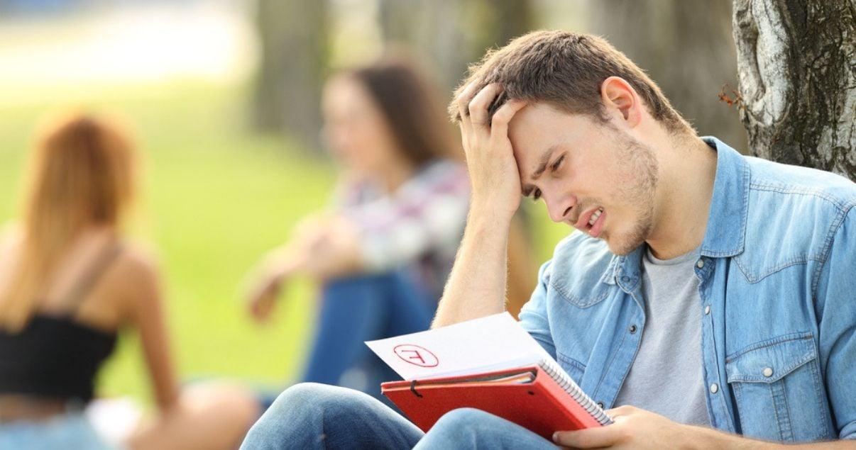 Alumno viendo su nota del examen de condicionales