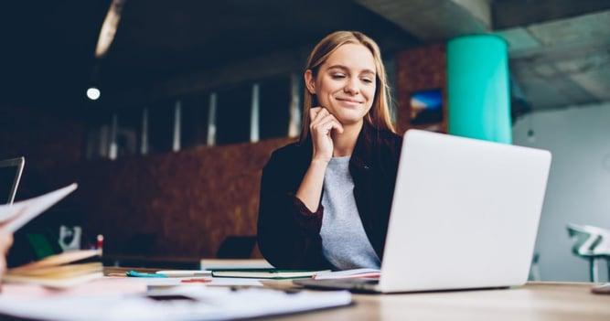 mujer joven estudiando los condicionales en inglés a través de su computadora.