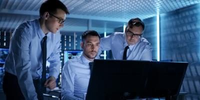 hombres en oficina de trabajo aprendiendo terminos en ingles para profesionales de la tecnología