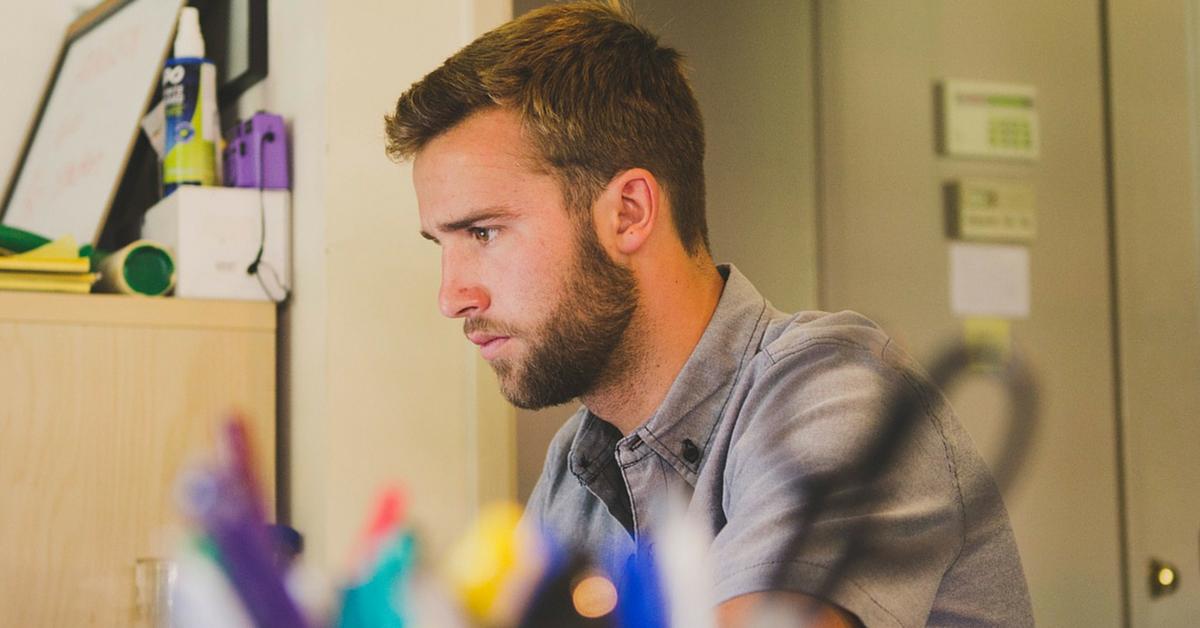 Un hombre concentrado en su curso de inglés intensivo