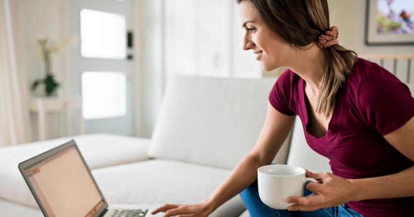 Mujer joven aprendiendo inglés online