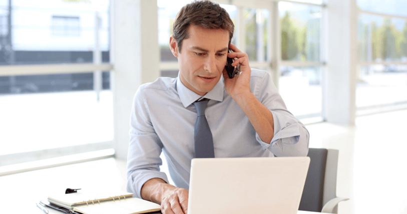 Un hombre recibe un llamado de una posible entrevista en inglés
