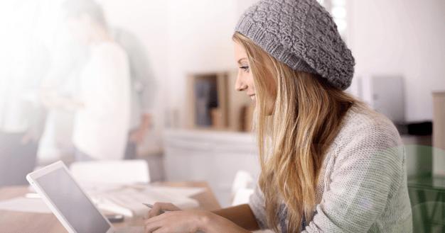 Una mujer joven con su computadora aprendiendo vocabulario en inglés