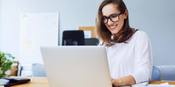 Señorita aprendiendo ingles desde su laptop 100% online