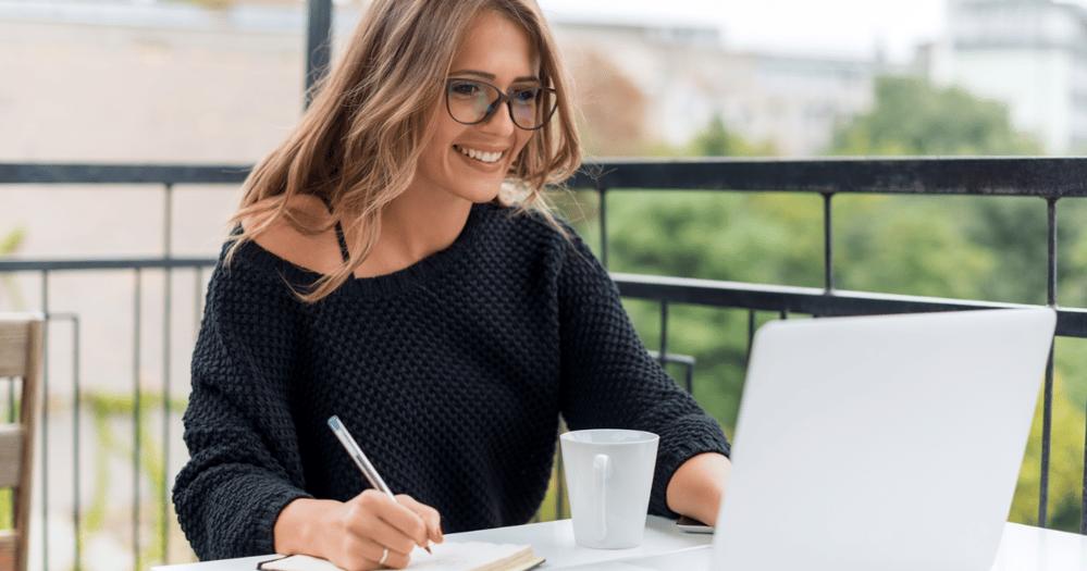 mujer profesional aprendiendo a esribir emails formales en inglés