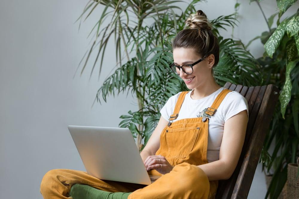 Chica aprendiendo ingles online a como escribir sus planes y metas para el 2021
