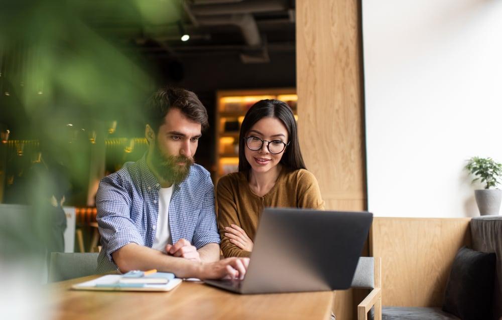 pareja aprendiendo ingles online gratis sobre los disntintos tipos de futuro para hablar mejor cuando se vayan de viaje al extranjero