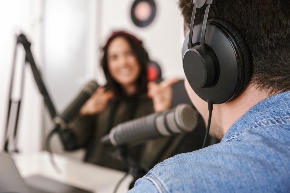 Mujer y hombre grabando podcasts sobre temas de ingles
