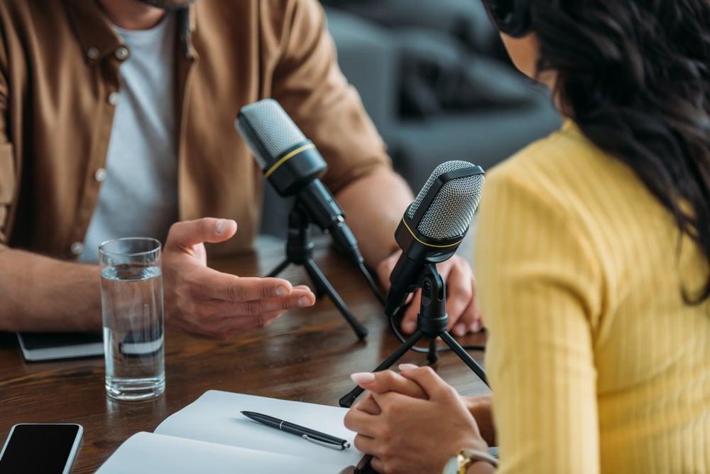 Personas hablando en ingles mientras graban un podcast