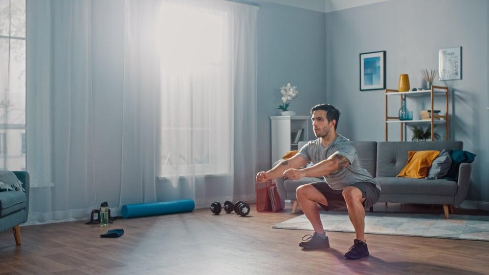 Hombre joven saludabre haciendo fitness con nuestros ejercicios en inglés