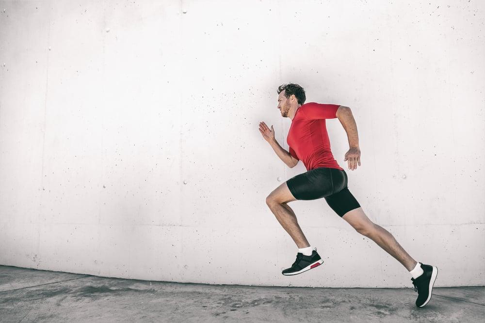 Joven adulto corriendo. Aprende inglés online sobre fitness con nuestro blog