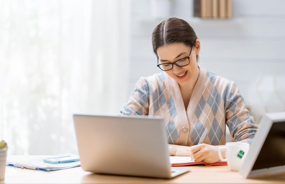 Mujer aprediendo ingles online desde su casa sobre fecha y hora