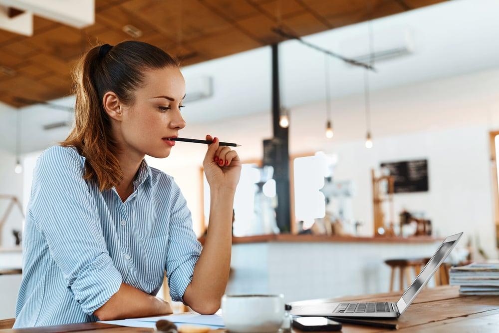 mujer leyendo blog acerca de los tipos de futuro que existen para mejorar su nivel de inglés gratis