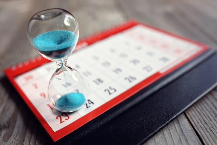 Imagen de un calendario con reloj de arena para aprender a hablar ingles online