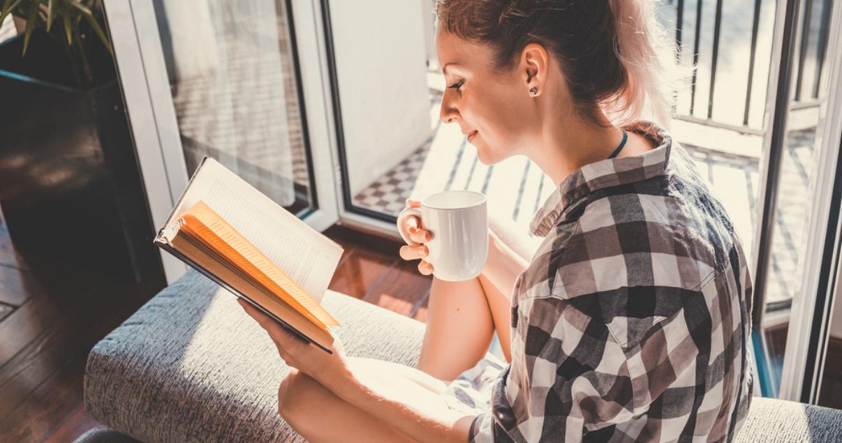 mujer-leyendo-libro-en-ingles