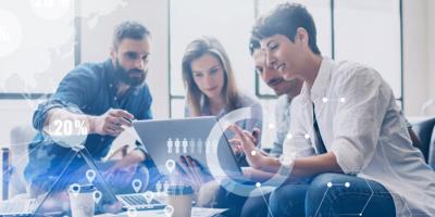 grupo de ingenieros con tablets aprendiendo terminos en ingles para profesionales de la tecnología en una oficina