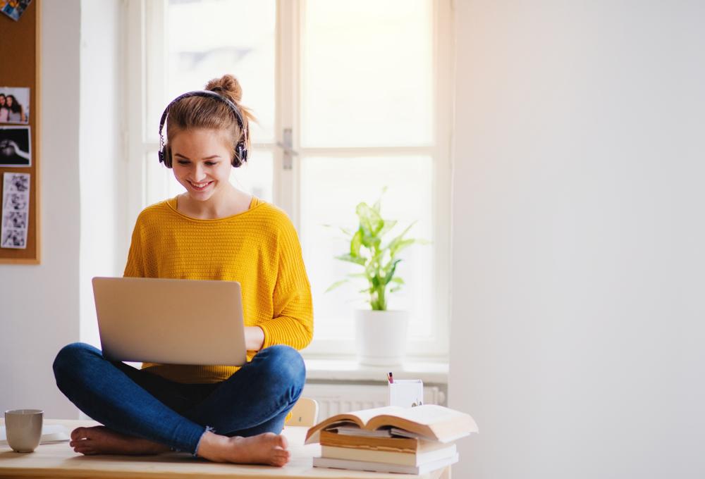 Chica aprendiendo Inglés Online de manera fácil y efectiva